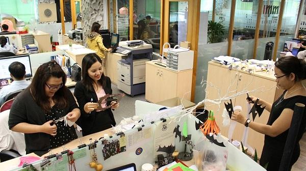 """Những ngày cuối tháng 10, khách hàng đến văn phòng IMM Group TPHCM hẳn sẽ rất ngạc nhiên bởi những mảng màu đen - cam tràn ngập. Toàn bộ văn phòng được bao phủ bởi các biểu tượng đặc trưng của mùa lễ hội Halloween như bí ngô, nhện, phù thủy, dơi, hoa hồng đen và tất nhiên không thể thiếu những """"bóng ma"""" vui vẻ xuất hiện lấp ló sau ô cửa."""