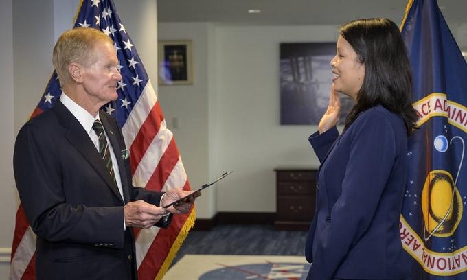 Margaret Vo Schaus tuyên thệ nhậm chức dưới sự chủ trì của Tổng giám đốc NASA Bill Nelson tại trụ sở NASA ở thủ đô Washington hôm 4/8. Ảnh: NASA.