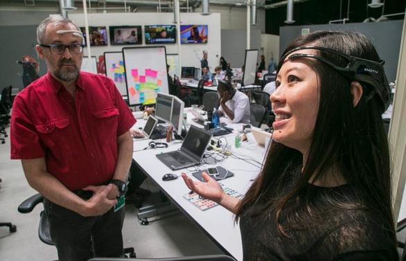 Tiến sĩ Geoff Mackellar, chủ tịch Công ty Emotiv cùng Tần Lê, người sáng lập - tổng giám đốc Emotiv, giới thiệu thiết bị đeo không dây - Ảnh: AP