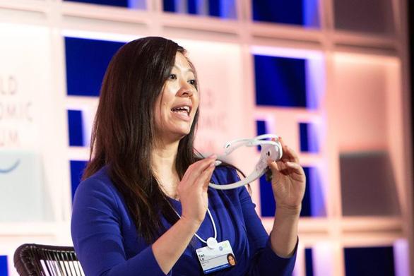 Tần Lê giới thiệu thiết bị đeo Emotiv tại hội nghị Diễn đàn kinh tế thế giới về ASEAN ở Hà Nội ngày 12-9-2018 - Ảnh: Twitter